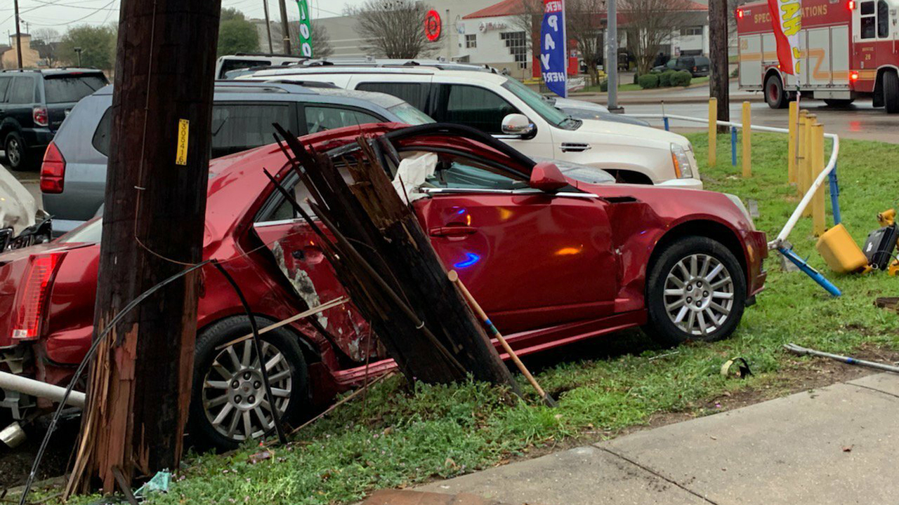 Car crashes into pole in north Austin knocking out power